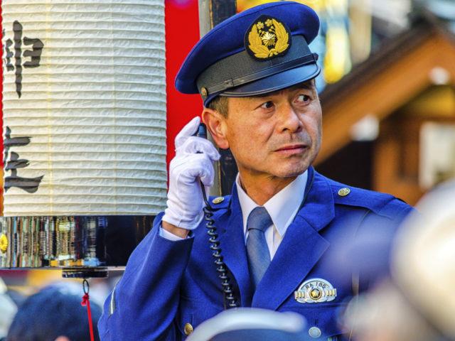 Poliziotto che cerca di parlare inglese in Giappone - Watabi