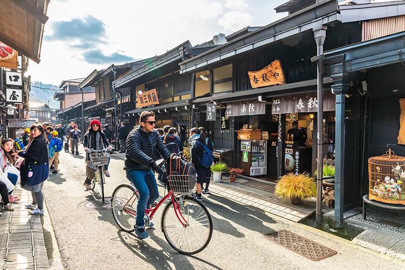 Turisti in bici a Takayama