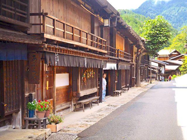 Strada nakasendo a magome con numerosi hotel tradizionali - Watabi