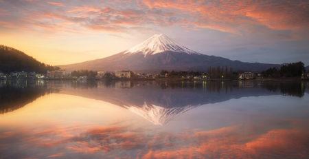 Il Monte Fuji con la cima coperta di neve si specchia al tramonto nel lago Motosu - Watabi