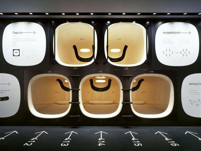 Immagine frontale dei loculi di un capsule hotel di Tokyo - Watabi