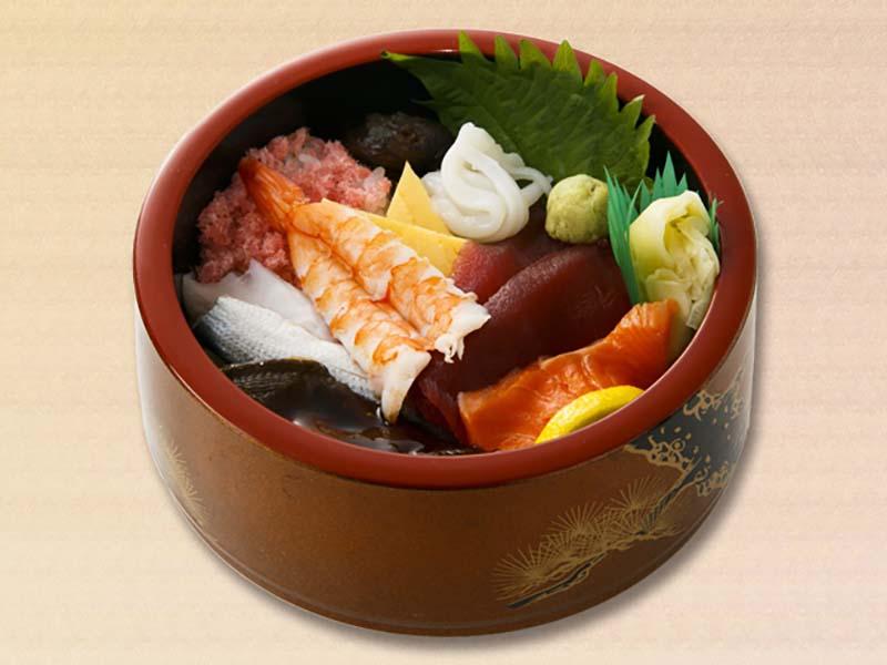 ciotola in lacca ripiena di riso e pesce crudo