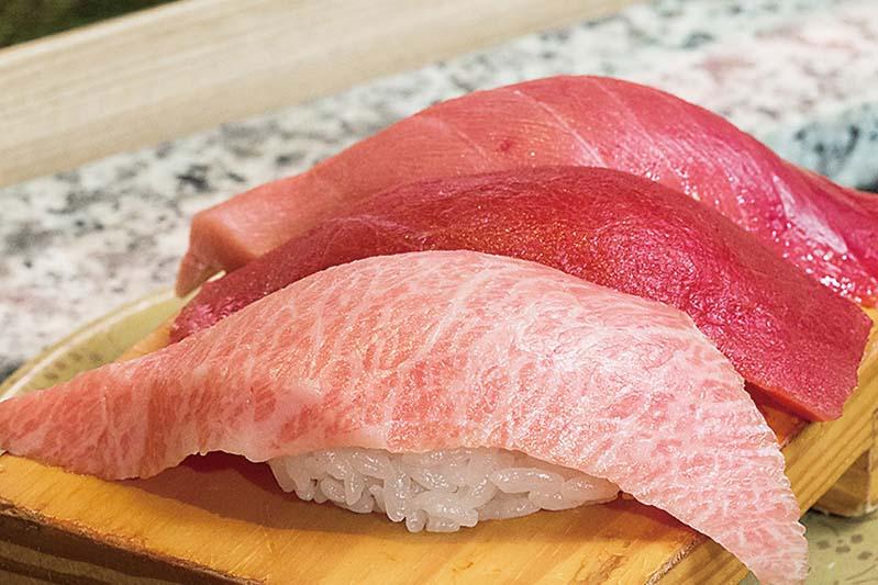 due fette di tonno appoggiate sul riso