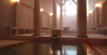Interno di un onsen fatto con il legno - Watabi