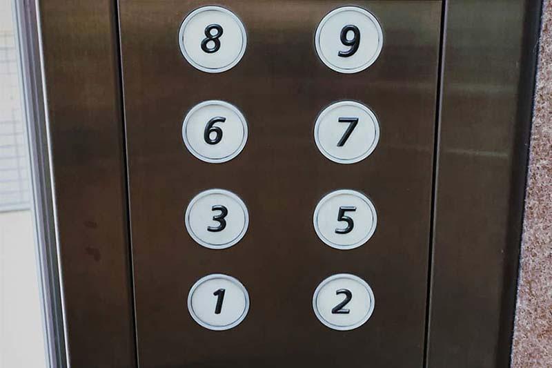 pulsantiera di un ascensore a cui manca il quarto piano