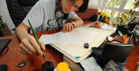 Mangaka giapponese disegna una tavola nel suo studio - Watabi