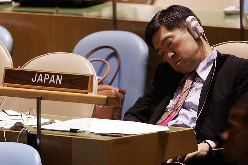 un impiegato schiaccia un sonnellino sul posto di lavoro