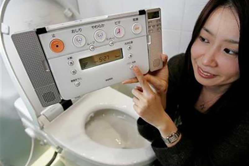 una impiegata della TOTO mostra un prodotto della sua azienda