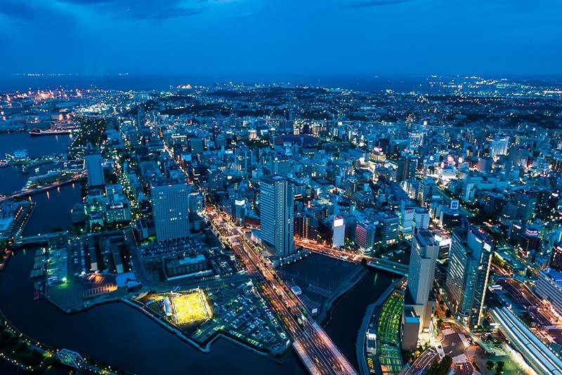 La zona portuale di Yokohama vista dall'alto dopo il tramonto
