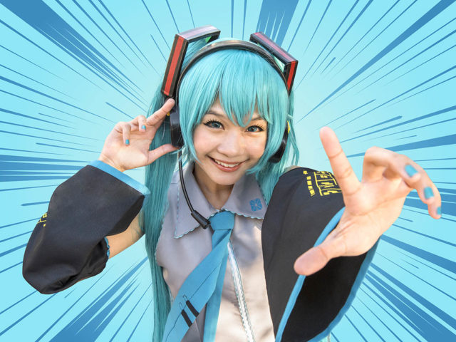 ragazza cosplayer giapponese con i capelli verde acqua