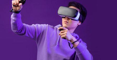 Ragazzo giapponese gioca con il visore VR - Watabi