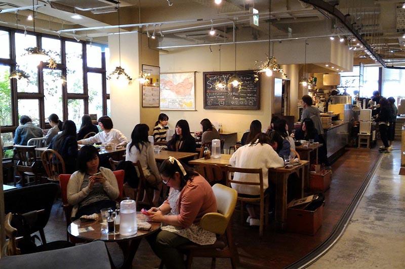 l'interno di un café vegan a kyoto