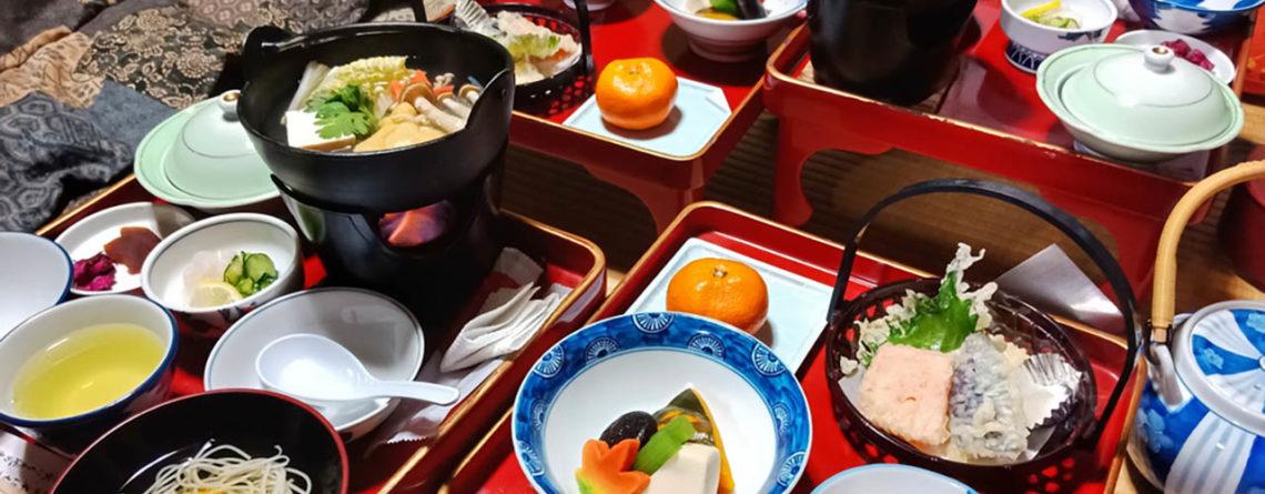 Cibo shojin ryori vegetariano disposto sul tavolo di un tempio - Watabi