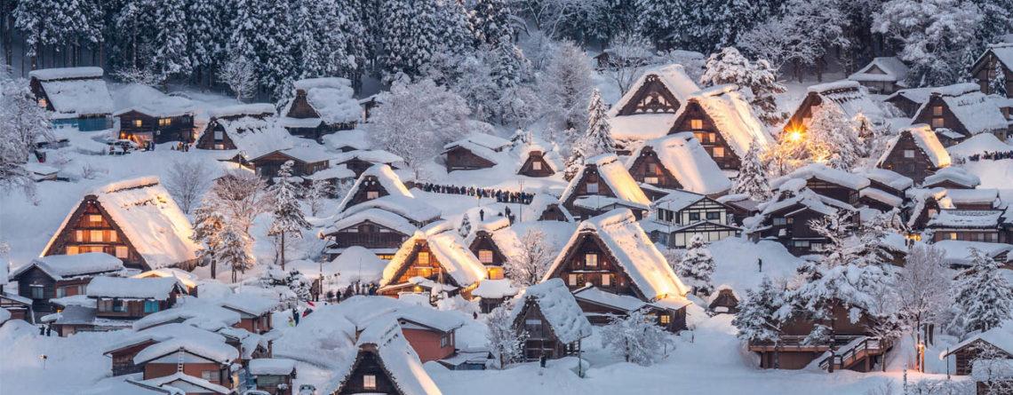 il villaggio di shirakawago dopo il tramonto sotto una coltre di neve