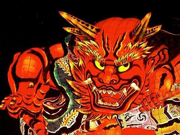 una lampada a forma di oni giapponese, il demone rosso