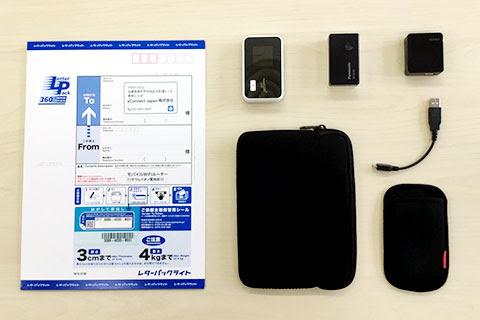 un fornitore di pocket wifi mostra il contenuto del prodotto