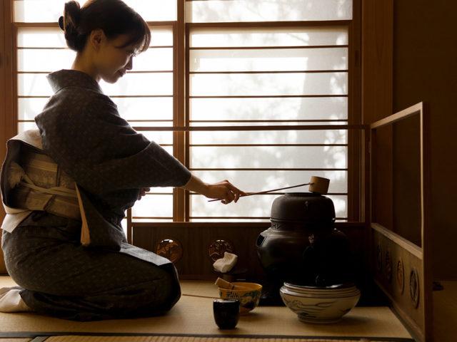 maestra della cerimonia del tè durante il rituale