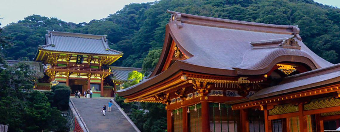 la scalinata del tempio Hachimangu
