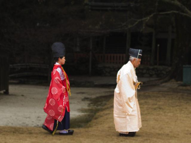 un prete shintoista si appresta a una celebrazione