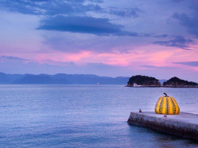 isola di naoshima al tramonto - yayoi kusama