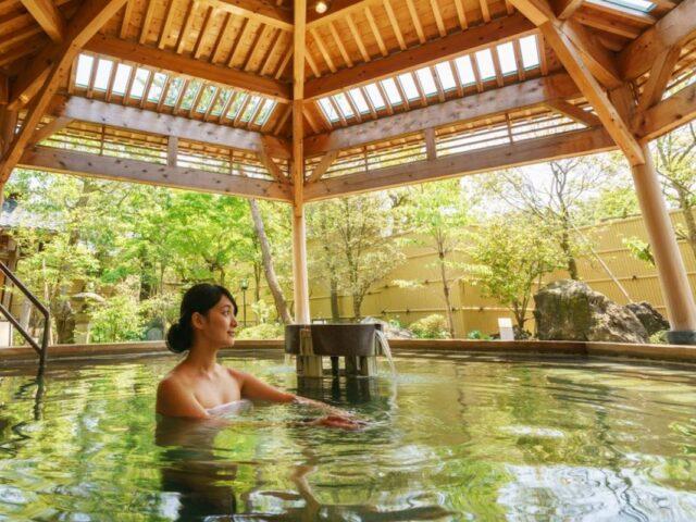 donna si bagna terme giapponesi
