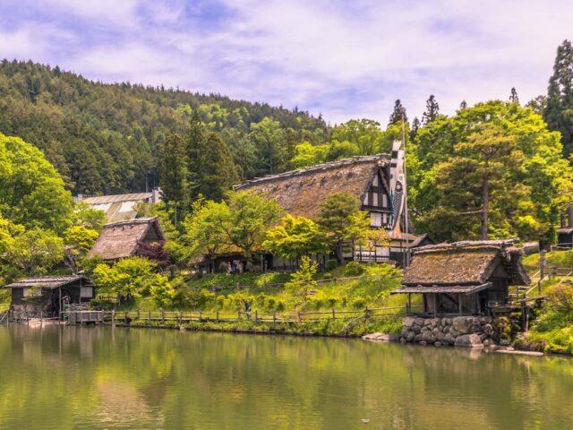 un villaggio giapponese sul fiume