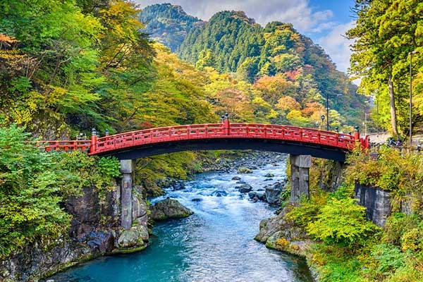 Il famoso Shinkyo bridge di Nikko fotografato nel pieno dell'estate